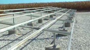 Suporte de alumínio em solo com brita