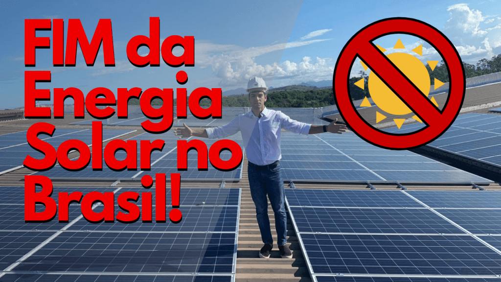 pessoa em cima do telhado com placas solares e texto com o titulo