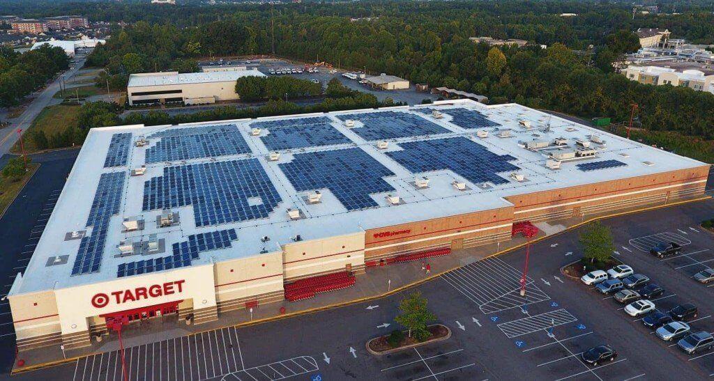 supermercado com energia solar no telhado