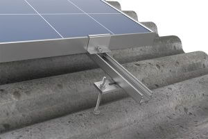 Modulo em cima do perfil de alumínio no telhado de fibrocimento