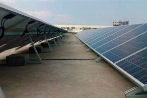 módulos de energia solar em cima de um telhado plano
