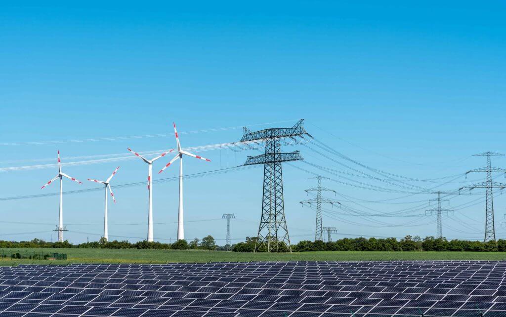 Painéis solares e torres de transmissão